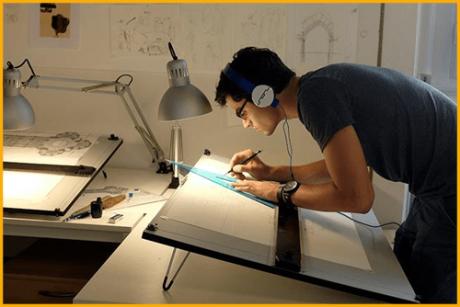 Estudante de Arquitetura projetando na prancheta