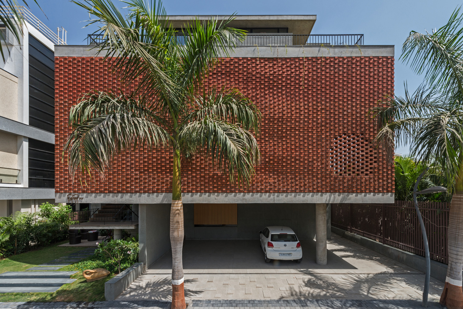 Brick Curtain House (Índia)/ Design Work Group