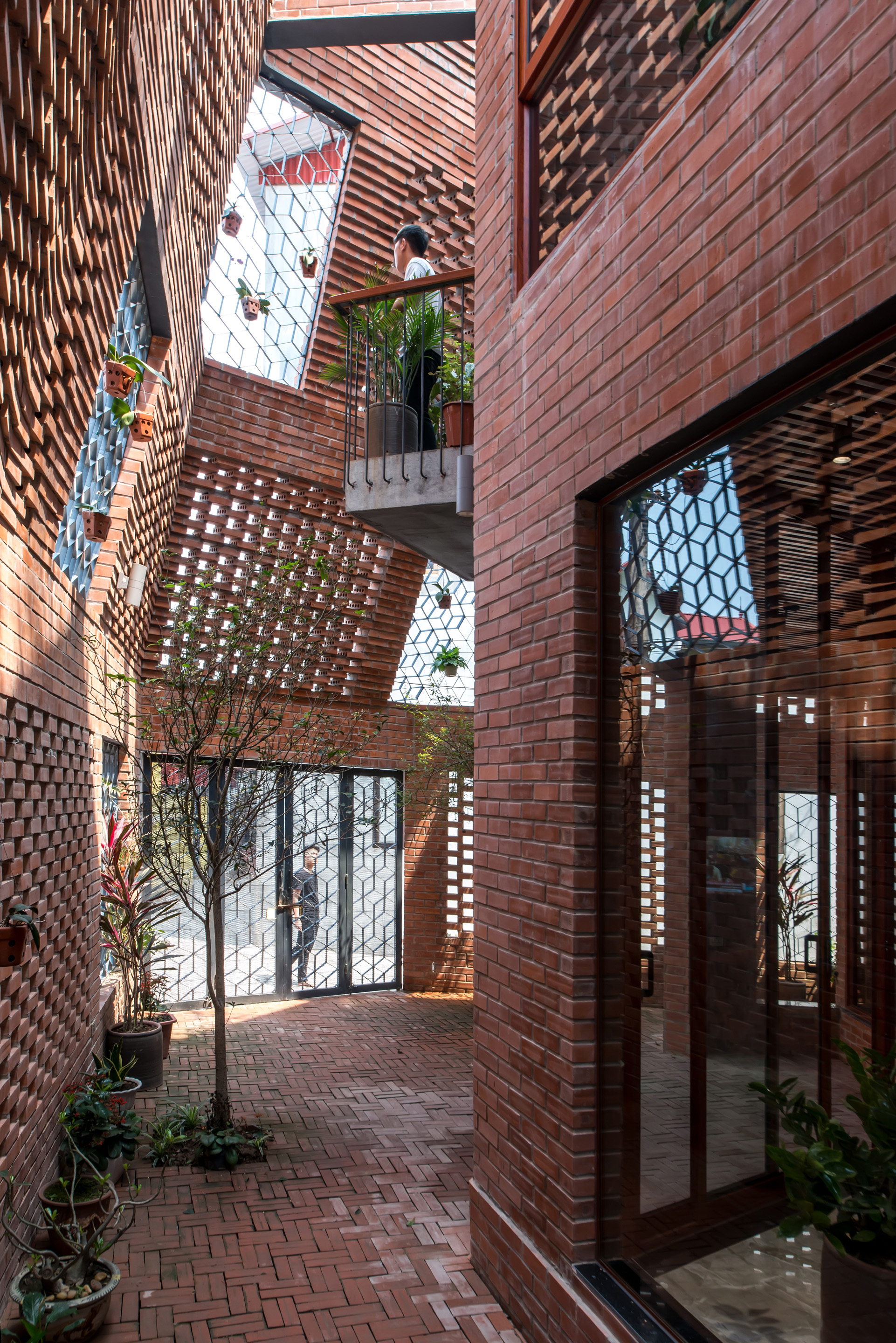 Brick Cave (Vietnã)/ H&P Architects